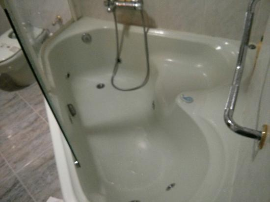 Baño General En Cama:Cama extragrande y baño con hidromasaje en la suite: fotografía de