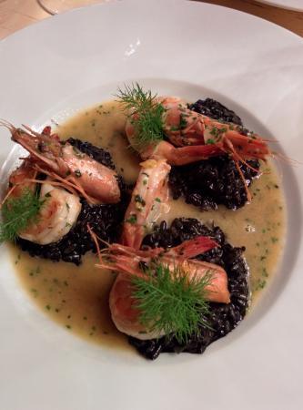 Chilli Point: Crevettes grillées cuites au beurre et à l'ail. Épices, risotto de truffes et encre de seiche