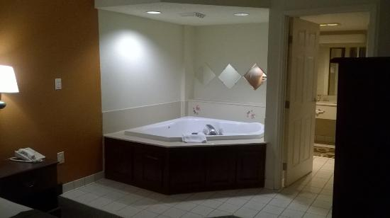 Wingate by Wyndham Indianapolis Airport-Rockville Rd: whirlpool tub