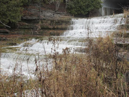 Milford, Kanada: waterfall visible from some rooms