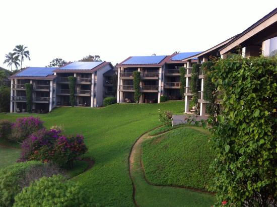 Hanalei Bay Resort: Hotel grounds looking back at some of the units..