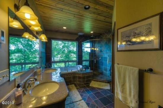 Columbia Falls, MT: Master Bedroom en suite