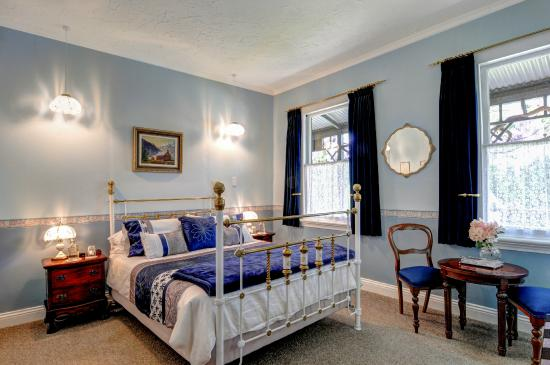 The Old Ferry Hotel Bed & Breakfast: Master ensuite room