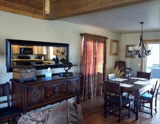 Columbia Falls, MT: Flathead Cabin Living and dining area