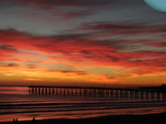 Cayucos Shoreline Inn...on the beach: Sunset from our room