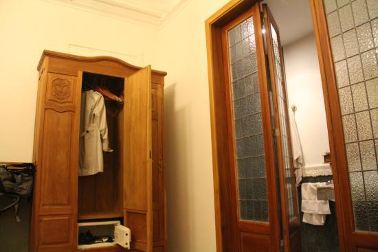 Le Vitral Baires Boutique Hotel: Armário com cofre + porta do banheiro