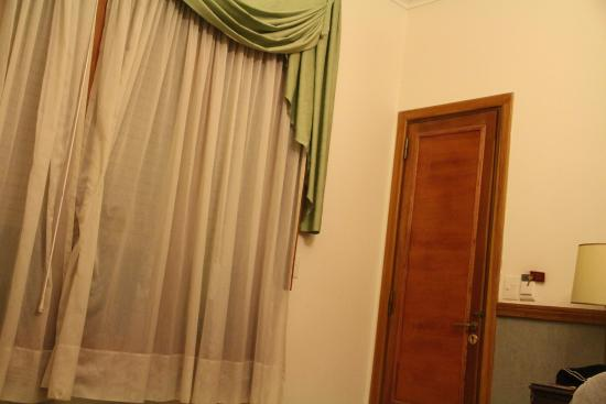 Le Vitral Baires Boutique Hotel: Porta de entrada e cortina da janela