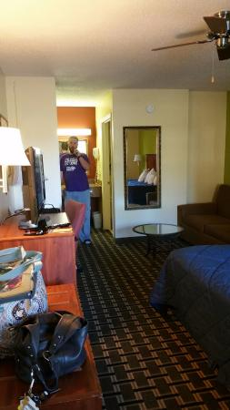 Days Inn Trenton: Looking in from the door. Room 110
