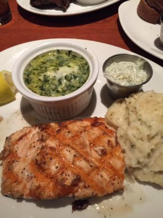 Austin's Restaurant & Bar: tasty grilled salmon, yummy garlic mashed potatoes & really cheesy creamed spinach