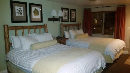 Historic Pioneer Lodge: New bedding brightens up the room!
