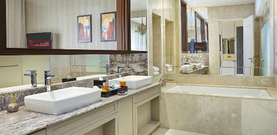 equarius hotel deluxe suites. Resorts World Sentosa - Equarius Hotel: Hotel Garden Room Bathroom Deluxe Suites