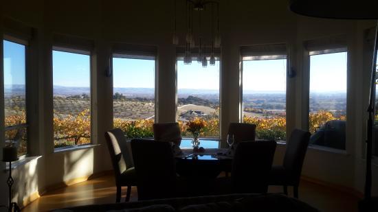 Seven Quails Vineyards Bed & Breakfast: Breakfast view