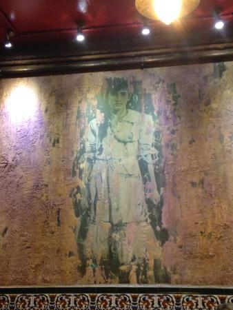 Fatigas del Querer: Девочка с голой грудью на стене