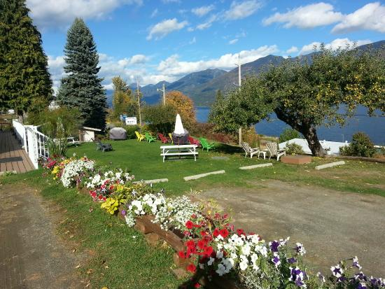 Ainsworth Hot Springs, Kanada: view across the green space