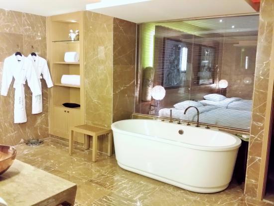 Pudi Boutique Hotel: Huge bathroom
