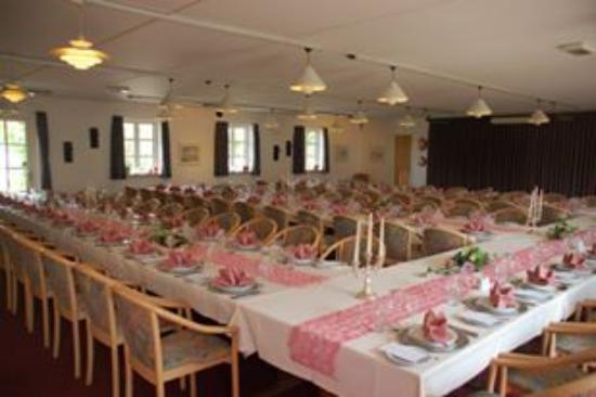 Gjerrild Kro og Hotel: Fin borddækning i festsalen