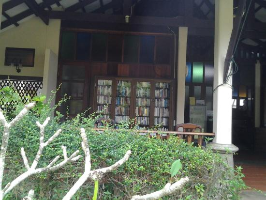 Ayara Villas: Library Shelving