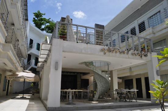 Erus Suites Hotel: Pool Area above dining area