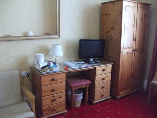 Arrandale Guest House: Room 1 - showing flat screen TV & tea/coffeemaking facilities