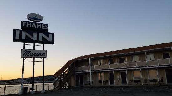 Thames Inn and Marina: Hotel at sunset