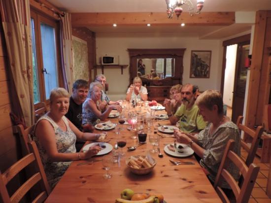 Chalet Shiraz : Friends dining