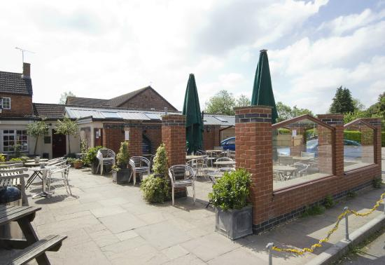 The Tudor Arms Lodge: Patio Dining Area