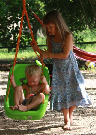 Akdeniz Bahcesi: на детской площадке