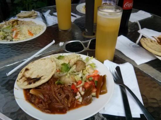 Carne deshilada, tortilla, arroz, ensalada y fresco de granadía ...