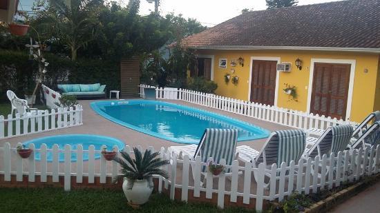Pousada Jardim Porto Belo: Fachada lateral e piscinas.