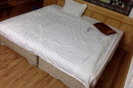 Avi Airport Hotel: bed in big bedroom