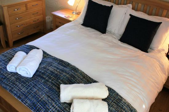 Nanplough Country House & Cottages: Badgers Cottage master bedroom