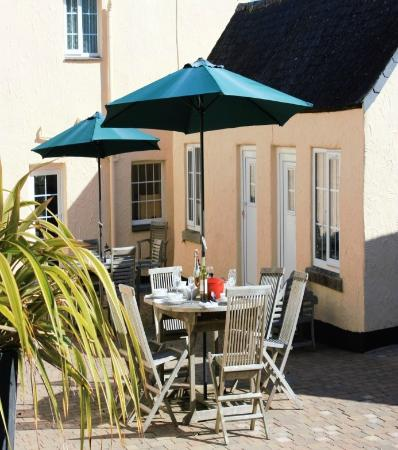 Nanplough Country House & Cottages: Al fresco dining in the courtyard