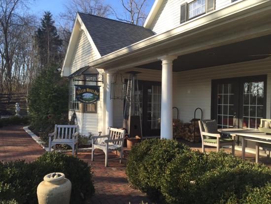 Granville, OH: BEAUTIFUL SIDE PORCH AT THE WELSH HILLS INN