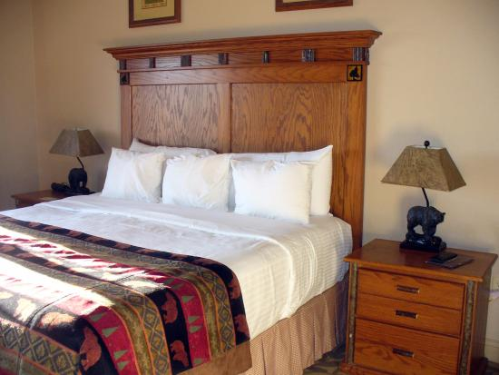 The Wilderness Club at Big Cedar: Great master bedroom with huge spa like bathroom - jacuzzi tub and separate shower.