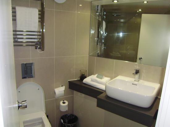 Tewkesbury Park: bathroom