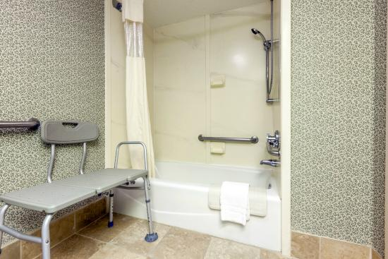 Baymont Inn & Suites Amarillo East: ADA Shower