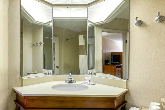 Baymont Inn & Suites Amarillo East: Bathroom vanity