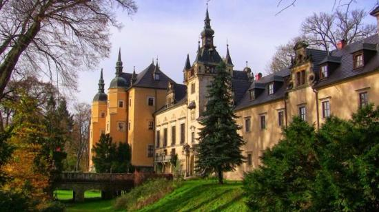 Osiecznica, Polonia: Hotel od strony fosy