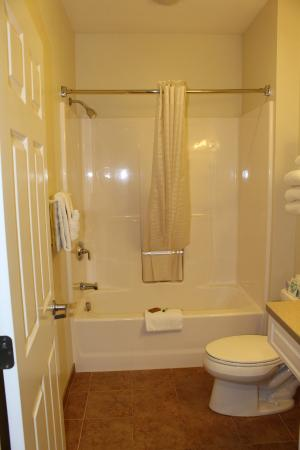 Newport City Inn & Suites: Extended stay bathroom