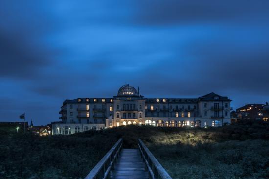Strandhotel Kurhaus Juist: Ansicht bei Nachteinbruch
