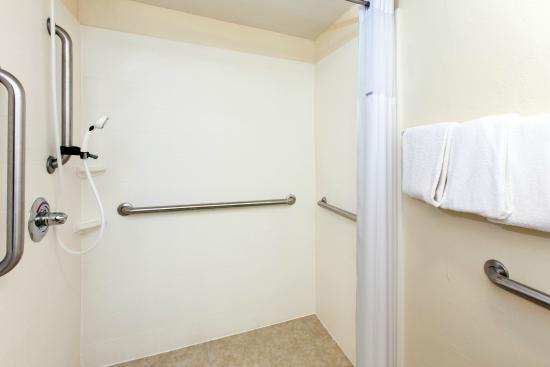 Days Inn by Wyndham Norman : ADA Bathroom