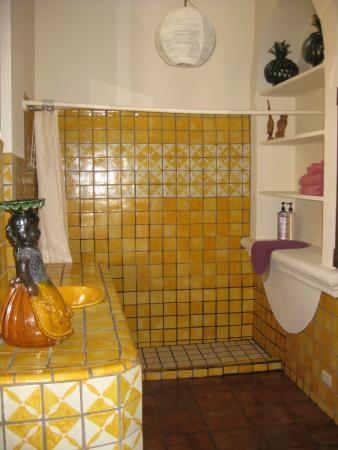 Hotel Casa Encantada: Bright, cheerful bathroom.