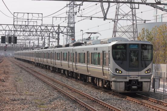 Kinki, Japan: 東海道線をかっ飛ばす新快速。12両は長い!