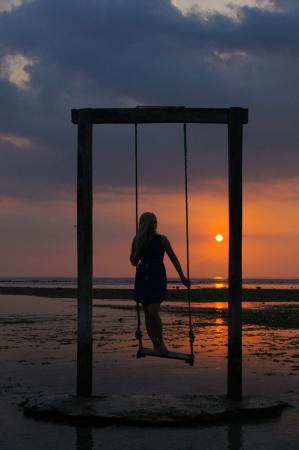 Hotel Ombak Sunset: Sunset on the swing