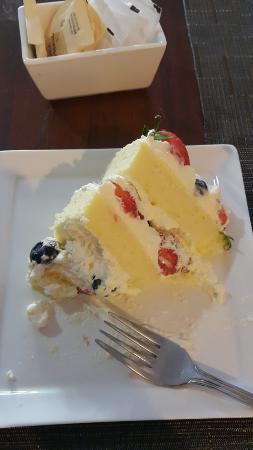 Tom's: fresh berries cake with fresh cream