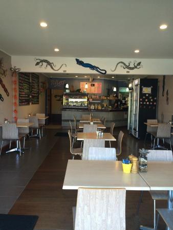 Lazy Lizard Cafe Whangamata: Lazy Lizard Cafe inside