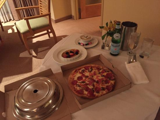 Pechanga Resort and Casino: Room Service - Pizza could have fed a family of 4