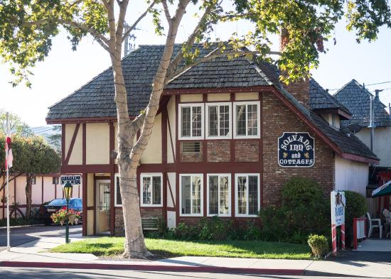 Solvang Inn and Cottages: The inn as seen from the Mission Drive on the north side.