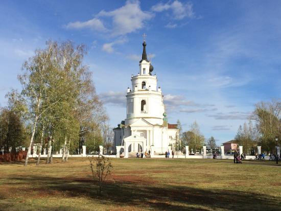 A.S. Pushkin State Literary-Memorial and Nature Preserve: Церковь рядом с усадьбой