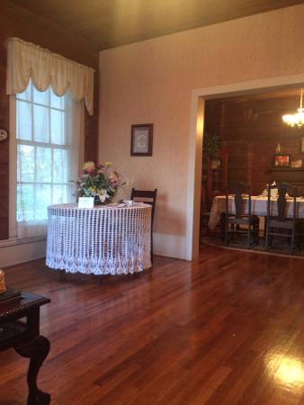 Columbus Street Inn: Living room into dining room